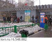 """Купить «Станция метро """"Рязанский проспект"""", сильный снегопад, Москва», эксклюзивное фото № 6548882, снято 30 марта 2011 г. (c) lana1501 / Фотобанк Лори"""