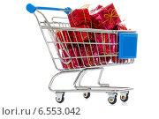 Тележка для покупок с подарками на белом фоне. Стоковое фото, фотограф Ковалев Василий / Фотобанк Лори