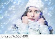Портрет девушки в зимней одежде и метель. Стоковое фото, фотограф Типляшина Евгения / Фотобанк Лори