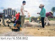 Купить «Китайский мальчик помогает родителям распутывать рыболовную сеть», фото № 6558802, снято 6 февраля 2014 г. (c) Алексей Маринченко / Фотобанк Лори