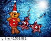 Купить «Рождественские игрушки на деревянном фоне, голубая тонировка», фото № 6562882, снято 2 января 2014 г. (c) ElenArt / Фотобанк Лори