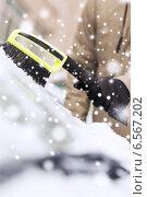 Купить «closeup of man cleaning snow from car», фото № 6567202, снято 16 января 2014 г. (c) Syda Productions / Фотобанк Лори