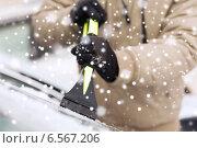 Купить «closeup of man cleaning snow from car», фото № 6567206, снято 16 января 2014 г. (c) Syda Productions / Фотобанк Лори