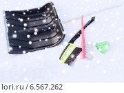 Купить «black snowshowel with wooden handle in snow pile», фото № 6567262, снято 16 января 2014 г. (c) Syda Productions / Фотобанк Лори