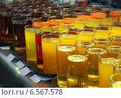 Купить «Стаканы с напитками на прилавке в столовой», фото № 6567578, снято 30 июня 2014 г. (c) Вячеслав Палес / Фотобанк Лори