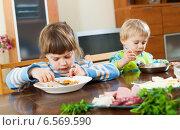 Купить «serious children eating food», фото № 6569590, снято 25 мая 2019 г. (c) Яков Филимонов / Фотобанк Лори