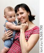 Купить «Молодая мама с маленьким ребенком», фото № 6569790, снято 17 октября 2014 г. (c) Виктор Топорков / Фотобанк Лори