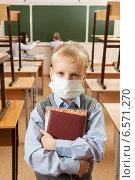 Купить «Школьник в медицинской маске в классе», фото № 6571270, снято 20 октября 2014 г. (c) Владимир Мельников / Фотобанк Лори