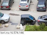 Купить «Маленький автомобиль, припаркованный среди больших на тротуаре», фото № 6574146, снято 28 августа 2014 г. (c) Кекяляйнен Андрей / Фотобанк Лори