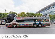 Купить «Двухэтажный городской экскурсионный автобус ожидает туристов возле железнодорожного вокзала города Пусан, Южная Корея», фото № 6582726, снято 26 сентября 2014 г. (c) Иван Марчук / Фотобанк Лори