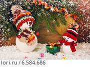 Новогодний фон со снеговиками на фоне елки. Стоковое фото, фотограф Лариса К / Фотобанк Лори