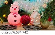 Купить «Новогодние украшения - домик, снежинки и снеговик», видеоролик № 6584742, снято 17 октября 2014 г. (c) Михаил Коханчиков / Фотобанк Лори