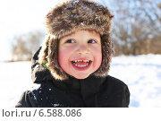 Портрет счастливого смеющегося двухлетнего мальчика зимой. Стоковое фото, фотограф ivolodina / Фотобанк Лори