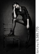 Стройная молодая девушка с черными волосами возле стула. Стоковое фото, фотограф Яна Застольская / Фотобанк Лори