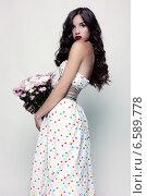 Красивая девушка в платье в горошек держит в руках букет хризантем. Стоковое фото, фотограф Яна Застольская / Фотобанк Лори