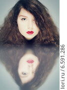 Гламурная девушка в зеркале. Стоковое фото, фотограф Яна Застольская / Фотобанк Лори