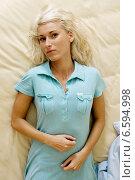 Купить «Suffering woman in the bedroom», фото № 6594998, снято 22 сентября 2019 г. (c) BE&W Photo / Фотобанк Лори