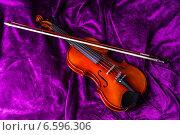 Купить «Скрипка со смычком на фиолетовом фоне», фото № 6596306, снято 27 октября 2014 г. (c) Павел Лиховицкий / Фотобанк Лори