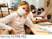 Купить «Школьницы в медицинских защитных масках за партой в пустом школьном классе», фото № 6598162, снято 20 октября 2018 г. (c) Владимир Мельников / Фотобанк Лори