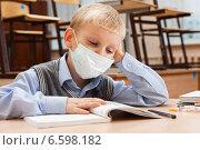Купить «Мальчик в медицинской одноразовой маске за партой в школе», фото № 6598182, снято 20 октября 2014 г. (c) Владимир Мельников / Фотобанк Лори