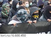 Русский марш в Москве. Молодые люди в масках (2010 год). Редакционное фото, фотограф Илья Галахов / Фотобанк Лори