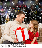 Купить «smiling father and daughter with gift box», фото № 6602762, снято 26 октября 2013 г. (c) Syda Productions / Фотобанк Лори