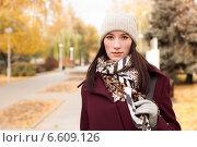 Молодая девушка осенью гуляет по парку. Стоковое фото, фотограф Алёна Герасимова / Фотобанк Лори