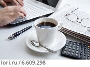 Купить «Бизнесмен за ноутбуком на рабочем месте», фото № 6609298, снято 26 октября 2014 г. (c) Александр Калугин / Фотобанк Лори
