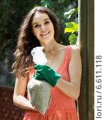 Купить «Woman with fertilizer granules in bag», фото № 6611118, снято 15 декабря 2018 г. (c) Яков Филимонов / Фотобанк Лори