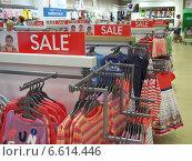 Купить «Скидки на детскую одежду», фото № 6614446, снято 6 июля 2014 г. (c) Вячеслав Палес / Фотобанк Лори