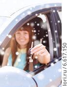 Купить «close up of smiling woman with car key outdoors», фото № 6617150, снято 5 июля 2013 г. (c) Syda Productions / Фотобанк Лори