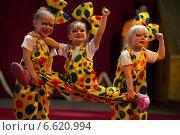 """Купить «Номер """"Богатырская сила"""" детской студии """"Надежда"""" города Ижевска на Всероссийском фестивале детских цирковых самодеятельных коллективов в Москве», фото № 6620994, снято 2 ноября 2014 г. (c) Николай Винокуров / Фотобанк Лори"""