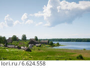 Купить «Деревня на берегу озера. Карелия», эксклюзивное фото № 6624558, снято 13 июня 2014 г. (c) Юлия Бабкина / Фотобанк Лори