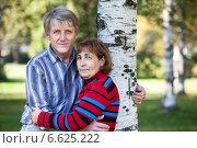 Купить «Пожилая пара в парке в объятьях друг друга», фото № 6625222, снято 20 сентября 2014 г. (c) Кекяляйнен Андрей / Фотобанк Лори