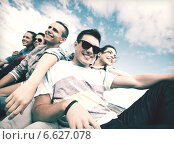 Купить «group of teenagers hanging out», фото № 6627078, снято 20 июля 2013 г. (c) Syda Productions / Фотобанк Лори