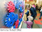 Купить «Семья в Экспериментариуме в Москве», эксклюзивное фото № 6627962, снято 5 ноября 2014 г. (c) Володина Ольга / Фотобанк Лори