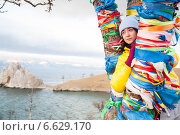 Молодая девушка стоит у дерева желаний на Байкале. Стоковое фото, фотограф Момотюк Сергей / Фотобанк Лори