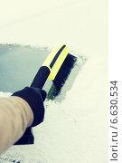 Купить «man cleaning snow from car windshield with brush», фото № 6630534, снято 16 января 2014 г. (c) Syda Productions / Фотобанк Лори