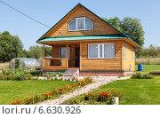 Купить «Загородный деревянный дом в солнечный день», фото № 6630926, снято 21 октября 2018 г. (c) FotograFF / Фотобанк Лори