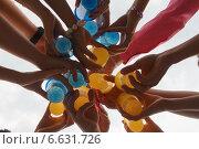 Много рук держат в круге цветные пластиковые стаканы с напитком на белом фоне. Стоковое фото, фотограф Алина Щедрина / Фотобанк Лори