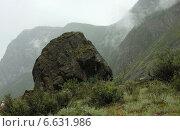 Большой одинокий камень в горной долине, Алтай, Россия. Стоковое фото, фотограф Анатолий Хвисюк / Фотобанк Лори