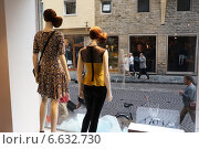 Жизнь за витриной модного магазина. Флоренция (2014 год). Редакционное фото, фотограф Виктор Филиппович Погонцев / Фотобанк Лори