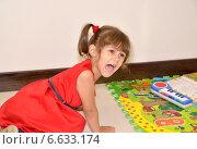 Купить «Капризная трехлетняя девочка кричит, сидя на полу», фото № 6633174, снято 19 августа 2014 г. (c) Ирина Борсученко / Фотобанк Лори