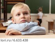 Купить «Скучающий мальчик за партой в школе», фото № 6633438, снято 20 октября 2014 г. (c) Владимир Мельников / Фотобанк Лори