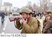 Купить «Солдат Красной армии после реконструкции парада 1941 года в Куйбышеве», фото № 6634522, снято 7 ноября 2014 г. (c) FotograFF / Фотобанк Лори