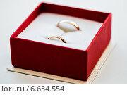 Купить «Свадебные кольца в красной подарочной коробке», эксклюзивное фото № 6634554, снято 20 сентября 2014 г. (c) Игорь Низов / Фотобанк Лори