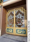 Купить «Ворота в арке Чайного дома на Мясницкой, город Москва», эксклюзивное фото № 6634590, снято 12 июля 2014 г. (c) Dmitry29 / Фотобанк Лори