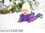 Счастливая девочка в снегу в зимнем парке. Стоковое фото, фотограф Евгений Атаманенко / Фотобанк Лори