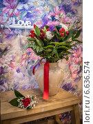 Купить «Свадебный букет в вазе, love», фото № 6636574, снято 9 августа 2014 г. (c) Наталья Степченкова / Фотобанк Лори