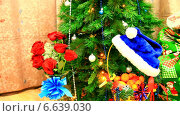 Купить «Ожидание Нового Года у наряженной елки с огоньками», видеоролик № 6639030, снято 31 декабря 2013 г. (c) Виктория Катьянова / Фотобанк Лори